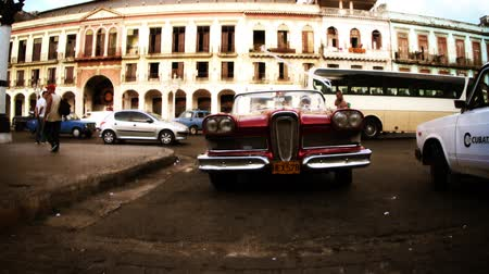kübalı : Timelapse of a classic car pulling up close to the camera in havana, Cuba