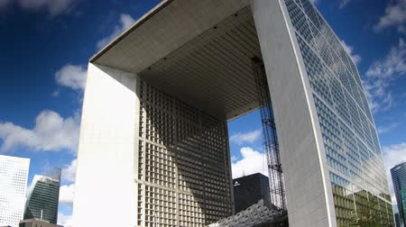nowoczesne : Timelapse of the grande arche in la defence paris on a beautiful summers day Wideo