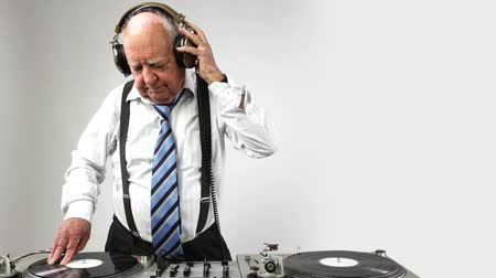 eski moda : a very funky elderly grandpa dj mixing records
