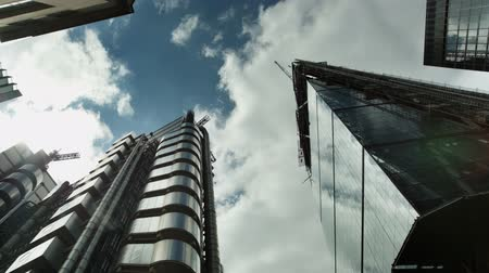londra : the Lloyds of london building in the financial heart of the city, london Stok Video