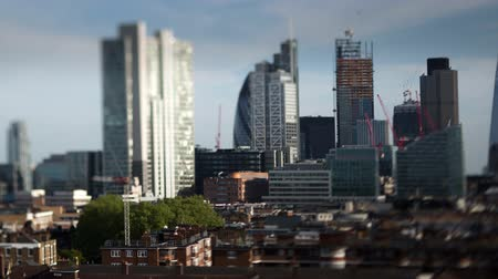 panorâmico : beautiful timelapse of the skyline of london shot with a tilt shift lens, leaving some buildings in sharp focus with a blur on the rest