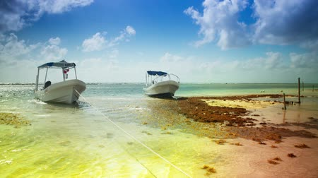 mořský : timelapse of small fishing boats moored in beautiful caribbean water