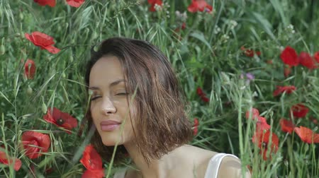 çevre : a beautiful young woman outdoors in the countryside surrounded  by flowers Stok Video