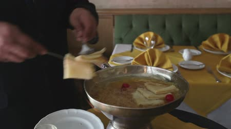 cozinhar : Close-ups of a chef preparing crepe suzette in a restaurant