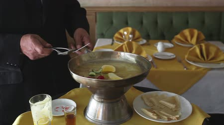 bulaşıklar : Close-ups of a chef preparing crepe suzette in a restaurant