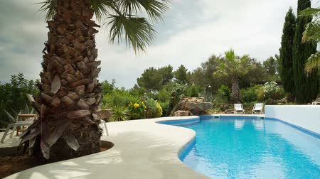 yüzme havuzu : A luxury private swimming pool surrounded by a paradise garden