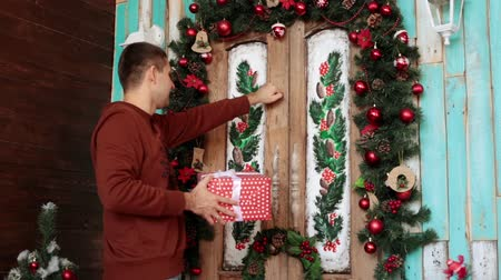 knocking : A man with a gift is knocking at the Christmas door.