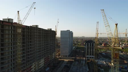 dach : Aerial view - building cranes and buildings.