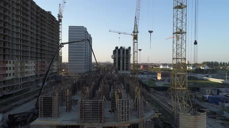 dach : Building under construction and building cranes.