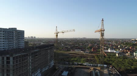dach : Aerial photography: construction cranes in the background of the city.