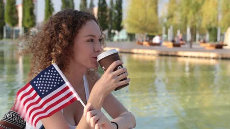 bandeira americana : Young woman with the US flag. America, tourism, English.
