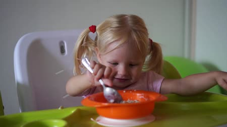 kreş : child has breakfast at the childrens table. Stok Video