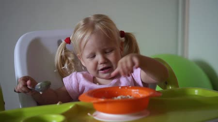 níveis : Moody child does not want to eat. The child refuses to eat.