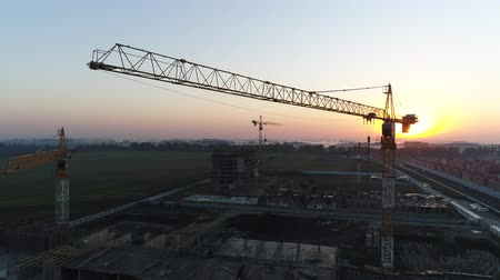 lešení : Building crane on the background of the sun and dawn. Dostupné videozáznamy