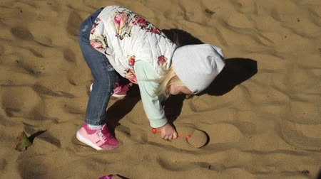 plac zabaw : The child plays in the sandbox. Wideo