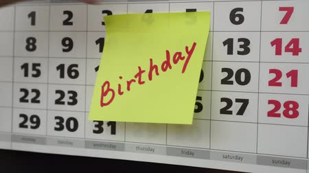 planlamacı : Calendar and the inscription Birthday on a sticker. Stok Video