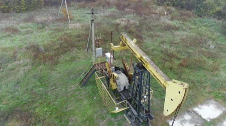 petróleo : Extraction of oil or gas using a pump rocking. Pumpjack for oil production.