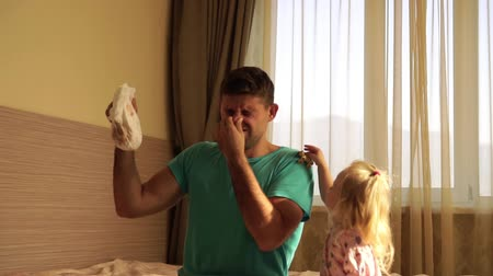 отцовство : Dirty diaper, man and child. Dad changes the babys diaper. Стоковые видеозаписи