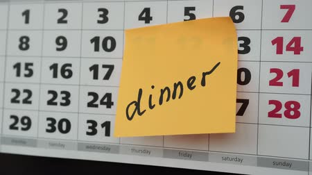 planlamacı : Office calendar, the inscription dinner on the sticker. Stok Video