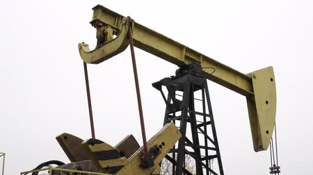 petróleo : Big old pump for extracting oil or gas from the ground.