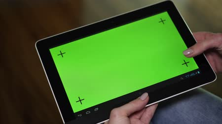 ped : A woman uses a tablet computer with a green screen. Stok Video