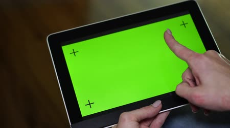ped : A woman makes hand gestures on a tablet computer with a green screen. Stok Video