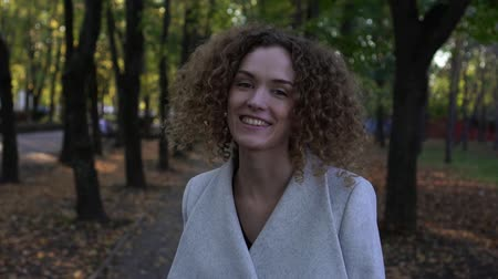 кудри : Portrait of a young beautiful girl with curly hair, slow motion. Стоковые видеозаписи