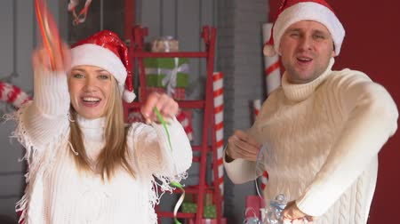 pulóver : Christmas, a young couple in love throws a serpentine and has fun.