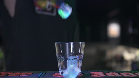 občerstvení : Ice cubes fall into the glass, slow motion.