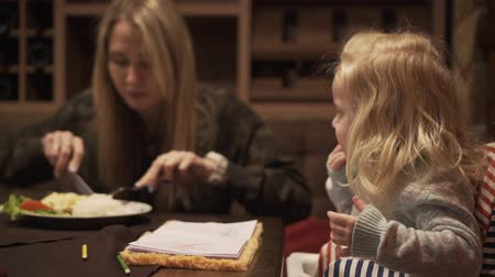alimentacion bebe : Mom and little daughter eat in a cafe or restaurant.
