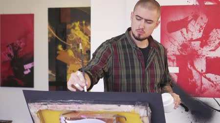 passatempo : Portrait of a modern artist in a creative Studio, slow motion. Stock Footage