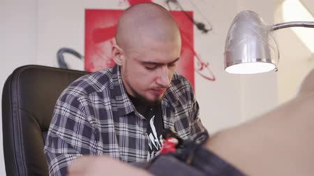 хозяин : Tattoo artist, tattoo Studio. The process of tattooing. Стоковые видеозаписи