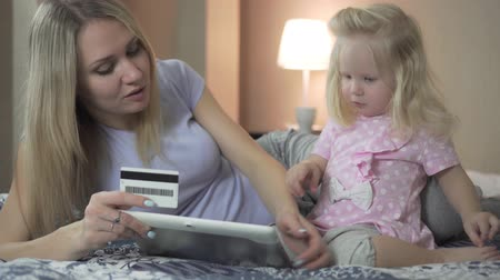 cartão de crédito : A happy family at home uses a Bank or credit card.
