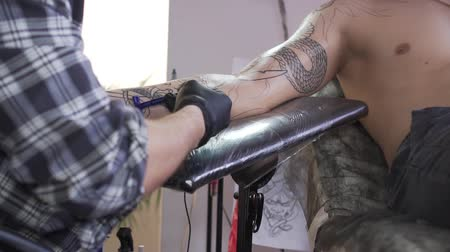 rasierer : Tattoo master shaves a customers hand before the tattoo. Videos