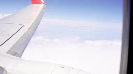 distante : Turbine and wing of a flying plane, view from the porthole. Stock Footage