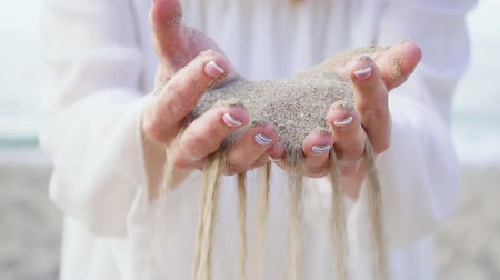 tırnak : Sand pours through the womans fingers, time flows away. Stok Video