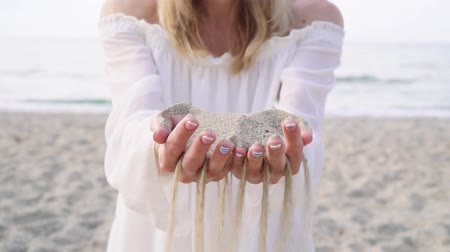 tırnak : Concept - time is running out. Sand pours through the womans fingers.