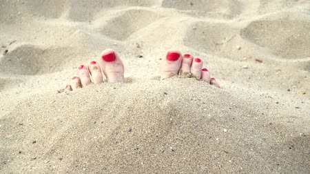 ayak parmakları : Female feet in the sand on the beach, closeup.