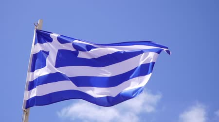 řek : flag of Greece sways against the blue sky. Dostupné videozáznamy
