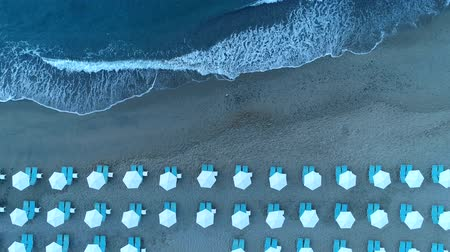 мрачный : Tropical beach at dusk. Sandy beach, evening, seashore, aerial view.