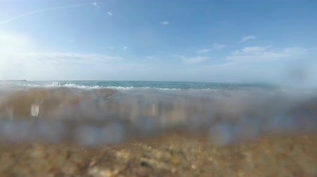 fundo : Sea wave and sandy beach. Seashore, underwater photography action cam. Vídeos