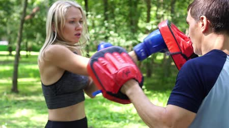bokser : Woman boxing with trainer outdoors. Stockvideo