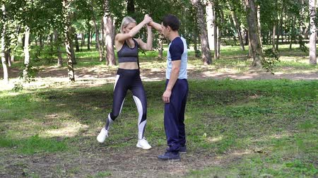 combate : Beautiful woman goes in for sports in the park.