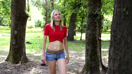 włamywacz : Criminal man and beautiful woman in the park. Wideo
