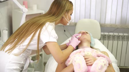 spritze : Beautician makes injections in the face of a woman. Skin care, cosmetology, beauty injections.