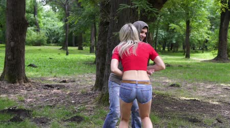 włamywacz : A male criminal attacks a woman in a park, a woman fights with a bully. Wideo