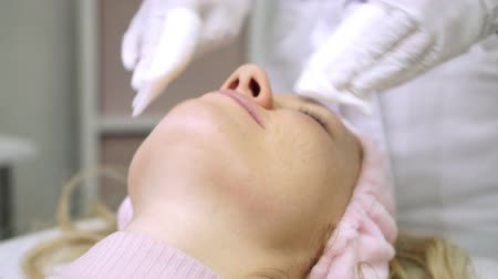 rejuvenescimento : Beauty salon, a woman in the beauticians office during a facial peeling.