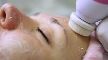 güzellik uzmanı : Woman during facial cleansing at the beautician, slow motion. Stok Video