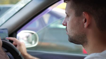 джем : Sad male driver stands in traffic jam, traffic congestion.