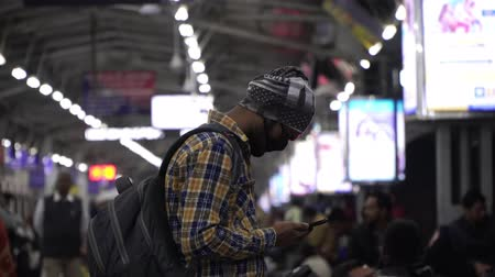 tosse : Agra, India, - March 2020. Man in a medical mask at the railway station. Stock Footage